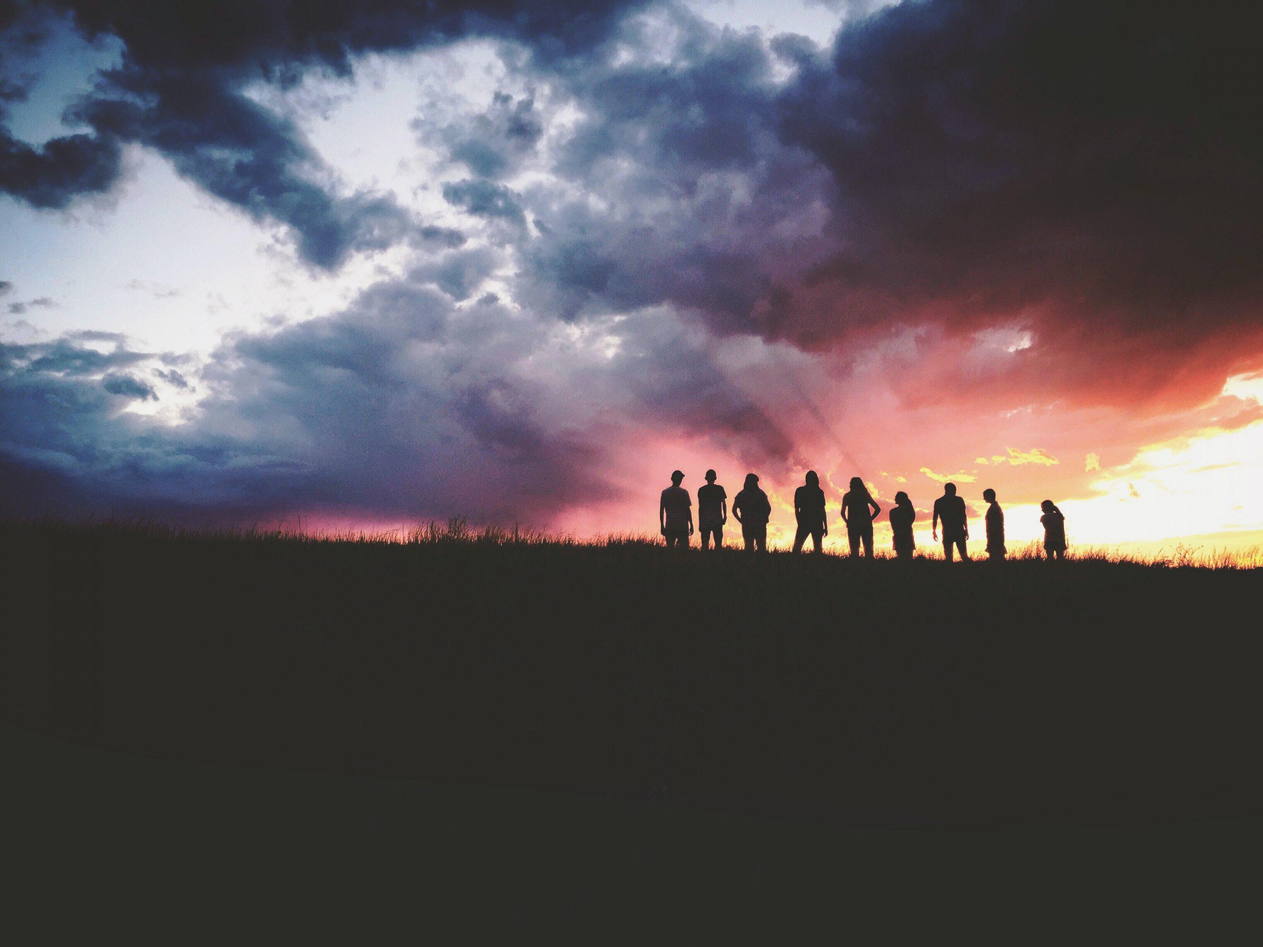 かっこいい夕日をバックに並ぶ写真